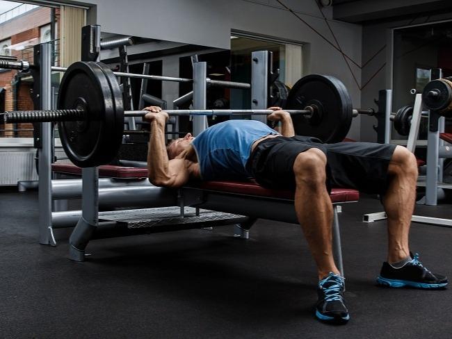 平板臥推時手肘的角度十分重要。