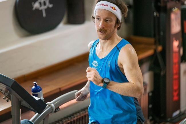 Florian Neuschwander在跑步機上進行50公里跑步