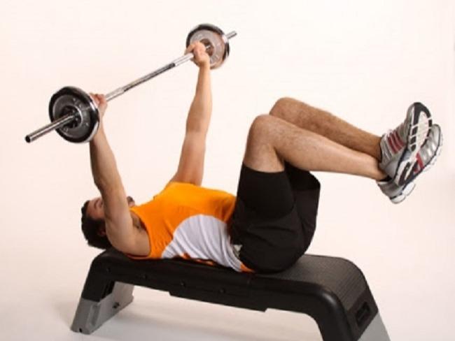 臥推時腿該抬起嗎?