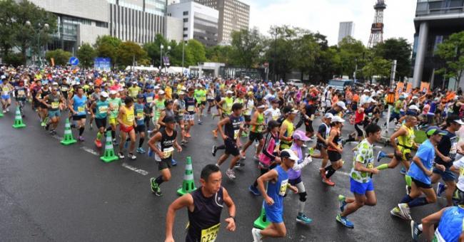 馬拉松賽道上選手努力奔跑