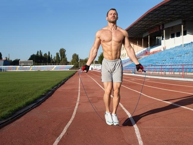 跳繩或跑步都是很好的訓練動作