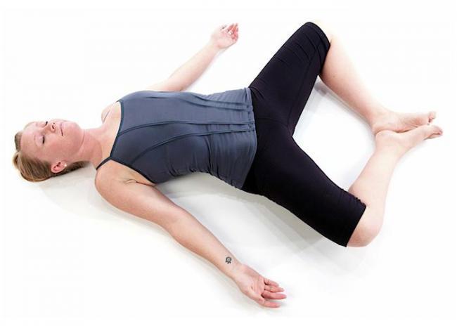 仰臥豎角式 Reclining Bound Angle Pose