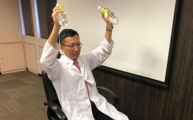 周明文醫師親自示範手拿礦泉水做阻力訓練
