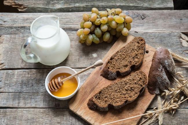 助眠食物如溫牛奶、葡萄乾、香蕉、蜂蜜、杏仁、雞蛋、全麥麵包、綠色蔬菜