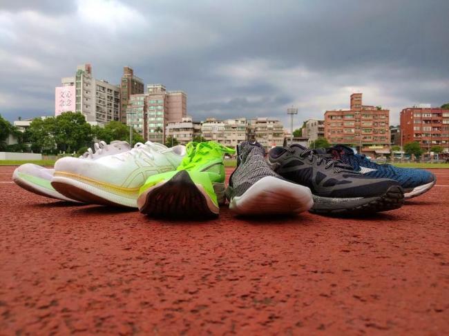 鞋頭上揚組與一般跑鞋組,