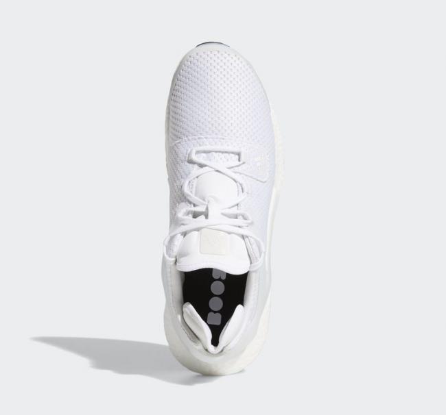 網眼鞋面搭配加寬鞋舌與開放式鞋跟設計