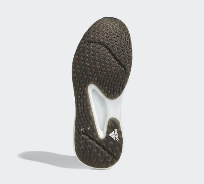 鞋底採用顆粒狀碎釘耐磨大底