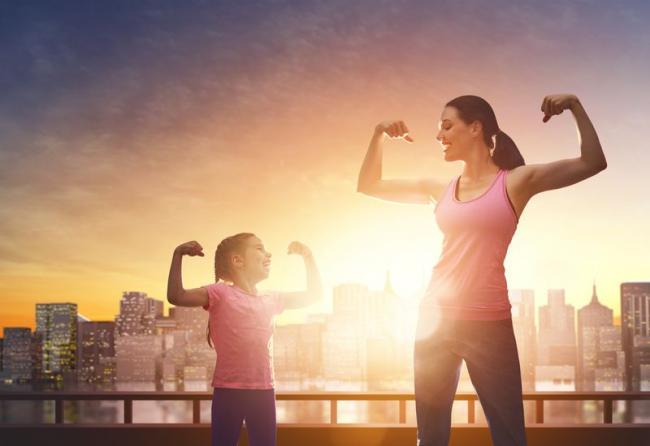 孩子和父母一起運動