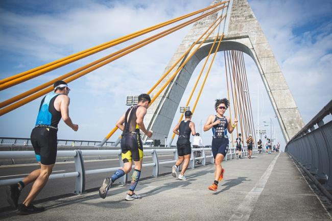 鐵人三項最後一項路跑賽段鵬灣大橋