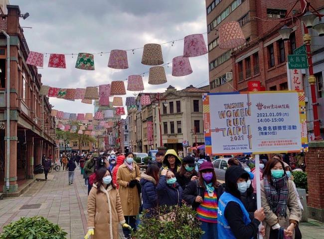 Taishin Women Run TPE 2021 霞海城隍廟前擲筊求名額