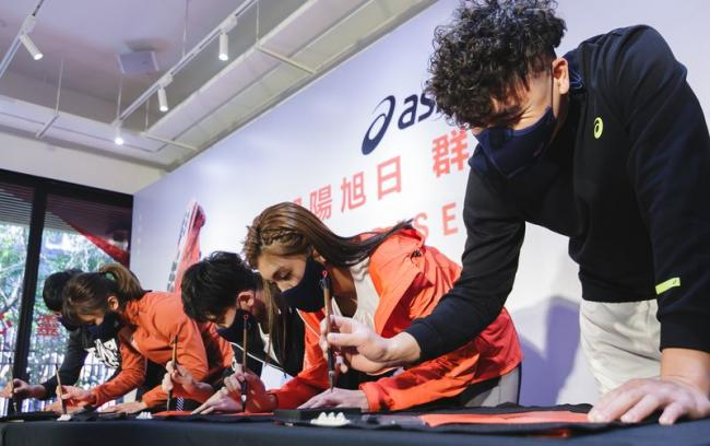 Team ASICS王冠閎、林詩亭、林昱堂、蘇柏亞、黃鎮以書法形式寫下年度代表字