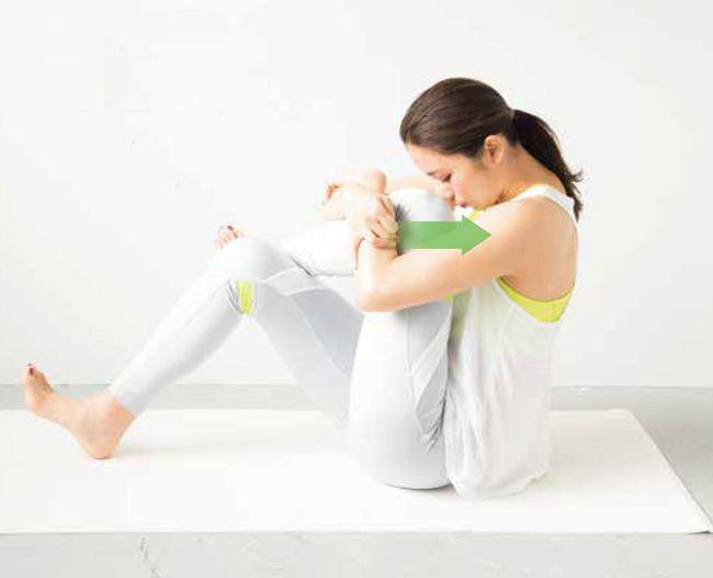抱住左腳伸展髖關節