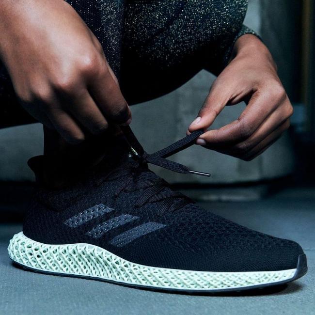 adidas Futurecraft 4D元祖配色以俐落黑色鞋面搭配灰綠色調中底