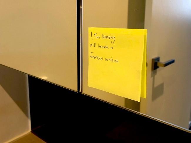 鏡子上貼著鼓勵文