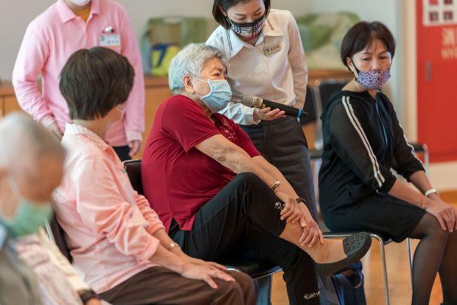 參與者就自身身體狀況踴躍提問瑜珈問題