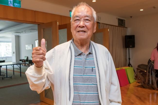 92歲的賈爺爺平時的嗜好是打籃球