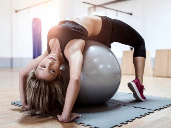 瑜伽球伸展背部