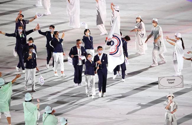 2020 東京奧運中華隊開幕進場照,由奧運「五朝元老」盧彥勳與「舉重女神」郭婞淳共同擔任掌旗官