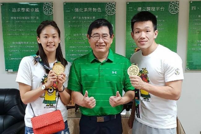 臺師大體育系碩士生、空手道好手文姿云(右一)出征奧運前,與指導教授季力康合影