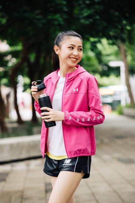 配色著重「單一重點」哲學,運動風穿搭展露居家健身好成效