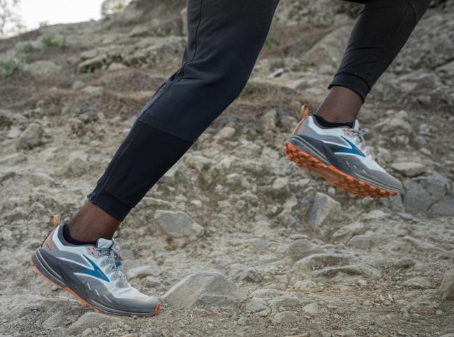 新的中底和大底結構,使鞋子對地面的適應性更高