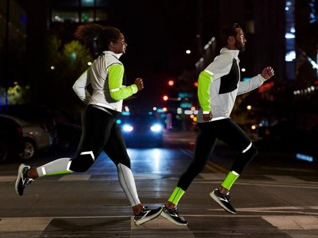 BROOKS 推出夜跑神器RUN VISIBLE  夜光限定款閃耀上市