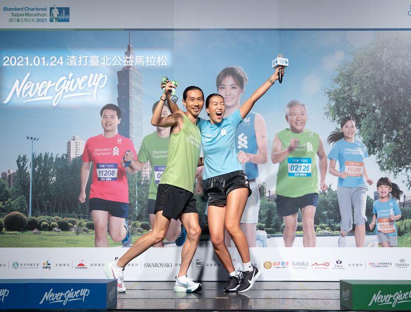 2021渣打台北公益馬拉松超級戰隊隊長張嘉哲與時尚戰隊隊長莫莉