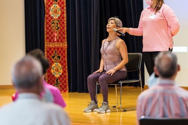 70歲「不老瑜珈阿嬤」帶9旬阿祖做椅子瑜珈  「銀光計畫」4/22正式啟動