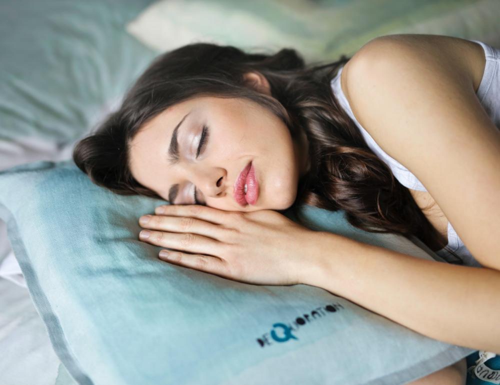 側睡、仰睡、趴睡對健康有什麼影響? 有科學佐證的睡姿分析與實用建議